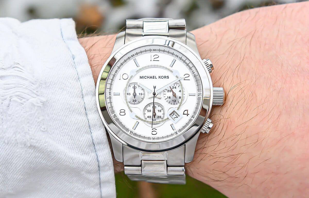 Szukasz taniego modnego męskiego zegarka? Michael Kors ma kilka modeli, które mogą Ci się spodobać.
